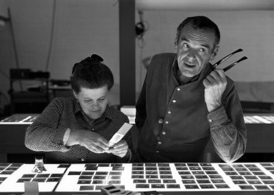 1.-The-World-of-Charles-and-Ray-Eames.-Charles-and-Ray-Eames-selecting-slides.-©-Eames-Office-LLC